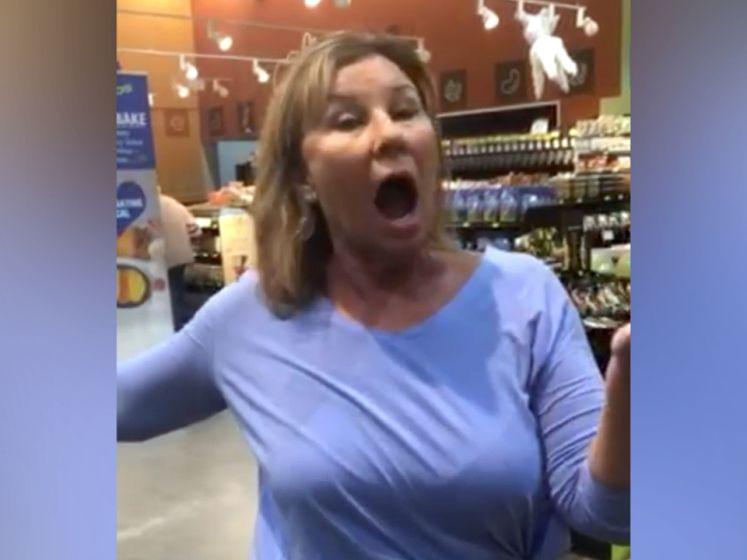 Une antimasque licenciée après avoir toussé sur une mère et son enfant
