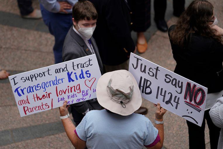 Ouders en voorstanders van gelijke rechten voor transgenders betogen in Austin (Texas) tegen wetgeving die de rechten van transgenders inperkt. In diverse conservatieve staten in de VS worden dergelijke wetten ingevoerd of voorbereid. Beeld AP