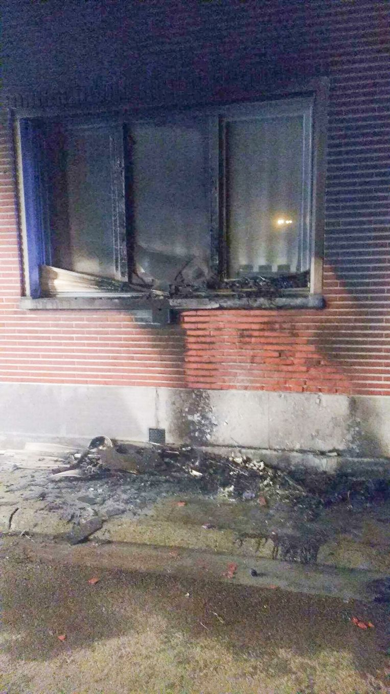 De gevel van de woning liep door de brandstichting zware schade op.