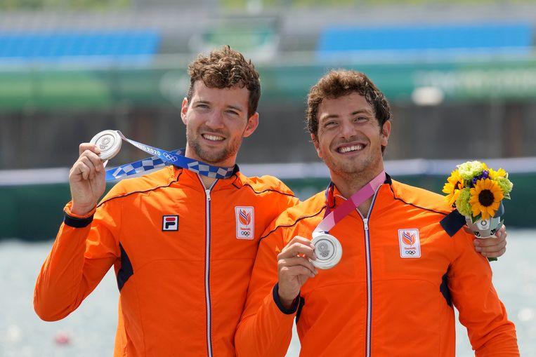 Melvin Twellaar (l) en Stef Broenink showen hun zilveren medaille. Beeld AP
