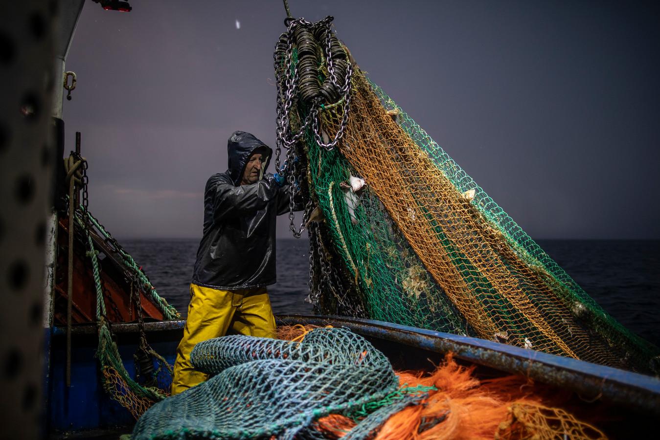 Een vissersboot in het Kanaal van Hastings.