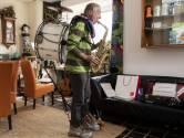 Enschedese straatartiest doet nu zelfde vanuit huis: 'Zorgen voor vrolijkheid'