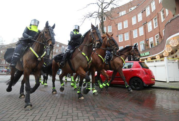 Politie te paard op het Roelof Hartplein.