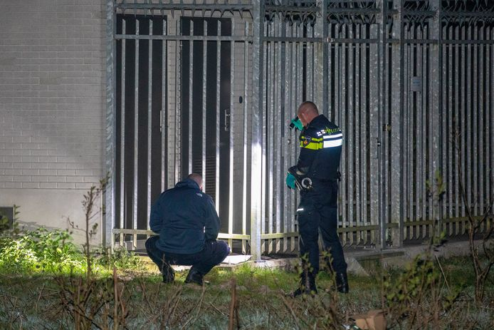 De politie doet onderzoek naar de brandstichting in Spijkenisse.