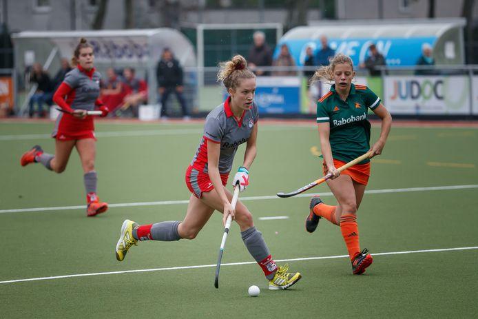 Jet Flapper (midden) in opperste concentratie namens Etten-Leur tegen Zoetermeer. De hockeyster speelde vorig seizoen nog in de kleuren van Breda.