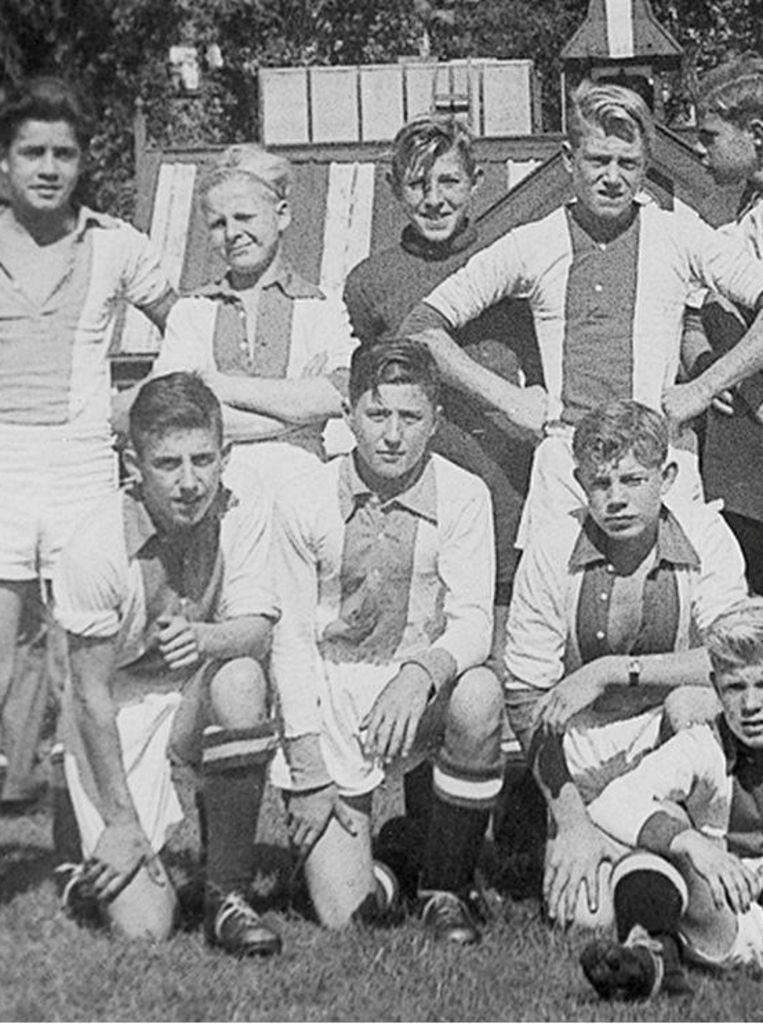 Sjaak Swart in 1953, zittend in het midden Beeld -