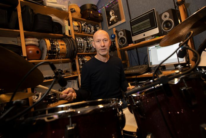 """Drummer Arie den Boer in zijn Zutphense studio annex oefenruimte. ,,Ik zou in mei vorig jaar een mooi project doen met rockgitarist Steve Vai. Drie weken lang zijn nummers opnemen met het Metropole Orkest en een Deens orkest. Ging vanwege corona niet door."""""""