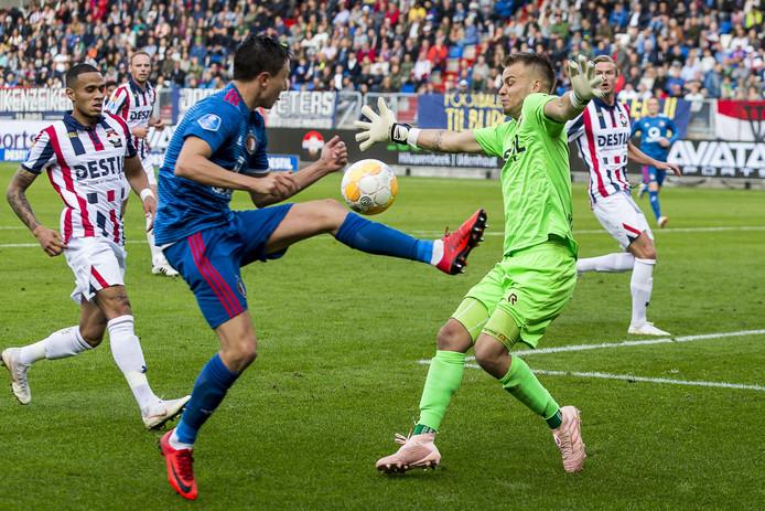 Timon Wellenreuther maakt zich breed om te voorkomen dat Steven Berghuis kan scoren voor Feyenoord.
