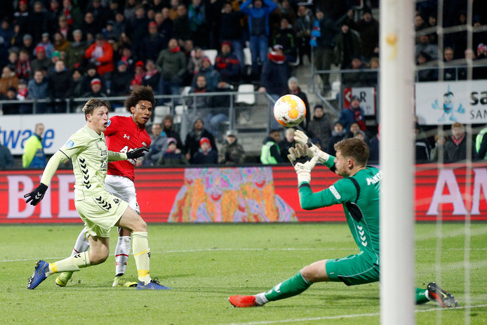 Calvin Stengs maakte na een fraaie solo de 3-0 namens AZ tegen FC Utrecht.