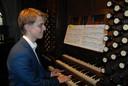 De 18-jarige Leendert Verduijn achter het grote historische orgel van de Sint-Jan.