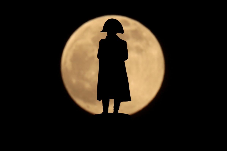 Het Napoleon-standbeeld van beeldhouwer Pierre Stenne tijdens volle maan in Wimille, bij Boulogne-sur-Mer. Beeld Reuters