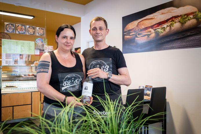 MECHELEN Dana Seghers en Stig Van Huffelen zamelen met hun broodjeszaak 82-83 geld in voor Xena, die tegen kanker vecht.