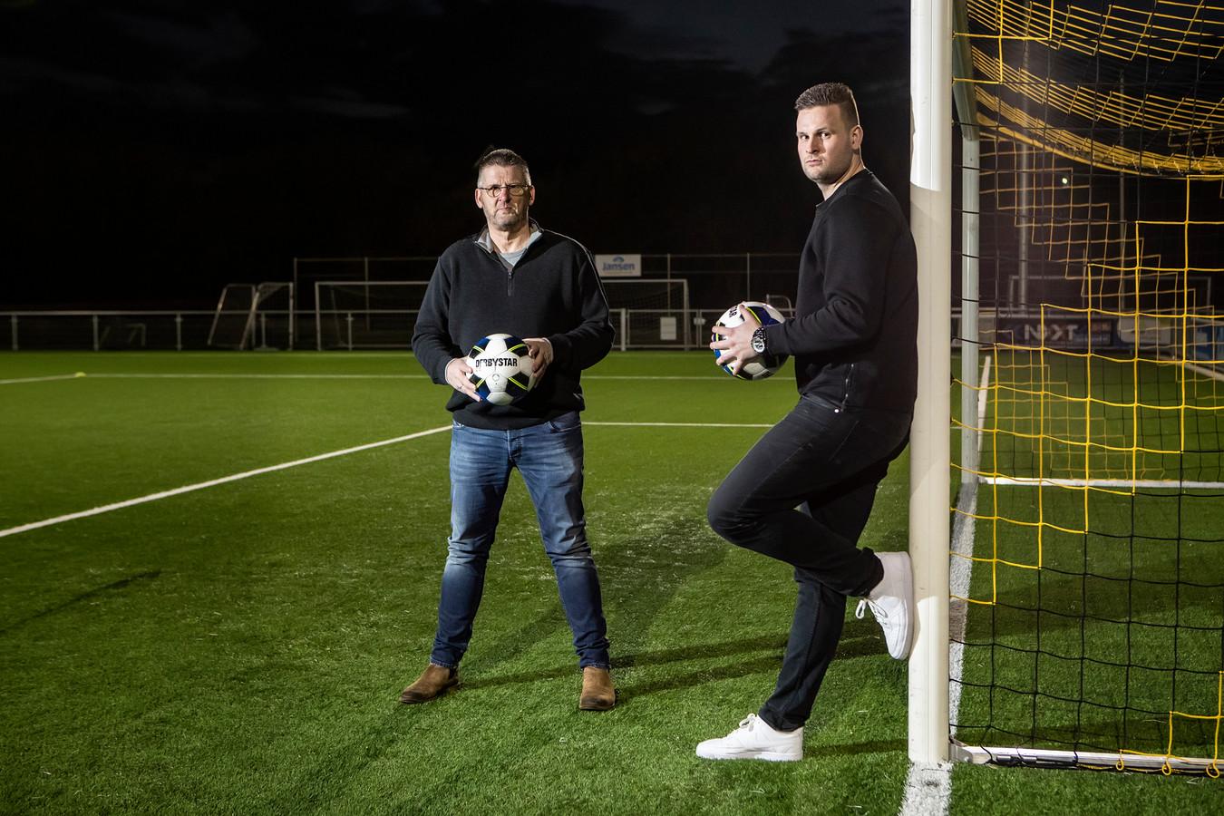 Colmschate-trainer Rowdy van der Hoop - rechts, met vader Hans - kan na de zomer met Daan Vegelin een vijfde nieuweling verwelkomen.