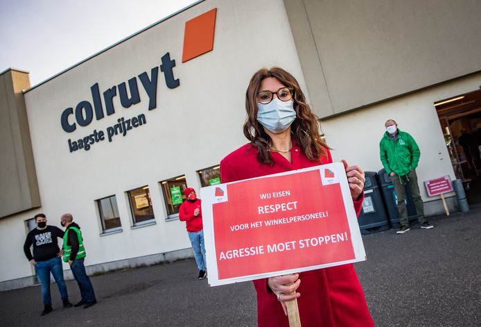 Buiten aan de winkel stonden wel leden van de vakbond ACV Puls om respect te vragen voor het personeel.