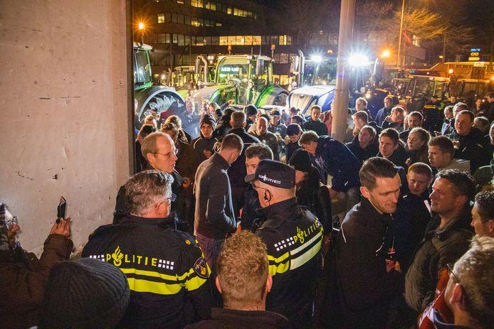 December 2019: Burgemeester Bruls (linksvoor met politiejas) maant boeren die het Keizer Karelplein hebben bezet, om weg te gaan.