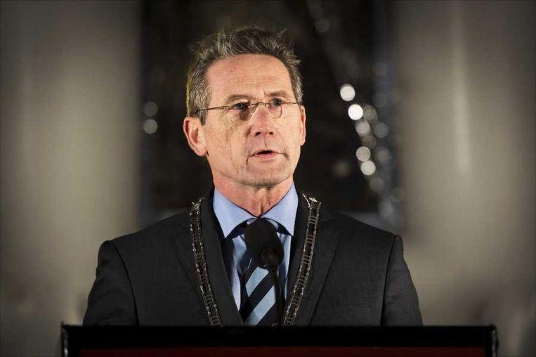 Burgemeester Jan Westmaas van de gemeente Meppel speecht voorafgaand aan de stille tocht in zijn gemeente. Beeld anp