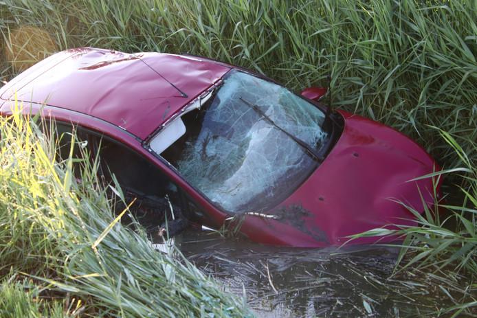 De auto landde in een sloot.