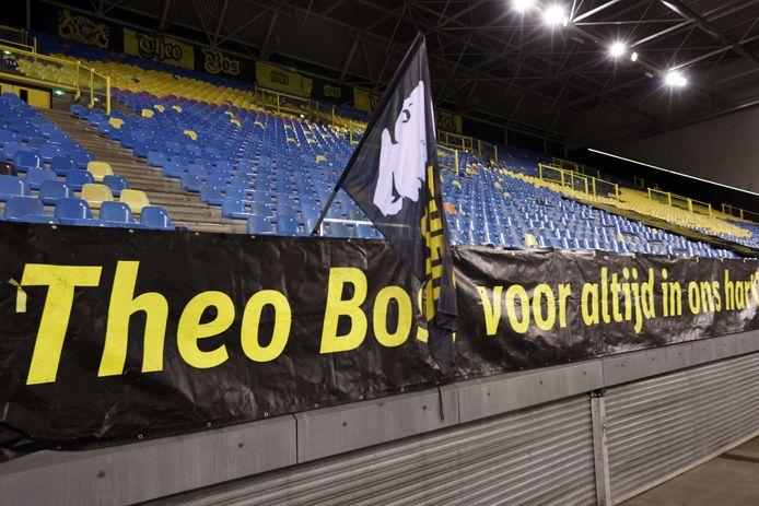 Een spandoek ter nagedachtenis aan oud-speler en -trainer Theo Bos van Vitesse op de Theo Bos Tribune van GelreDome tijdens het duel van Vitesse met FC Utrecht, op 12 januari 2021.