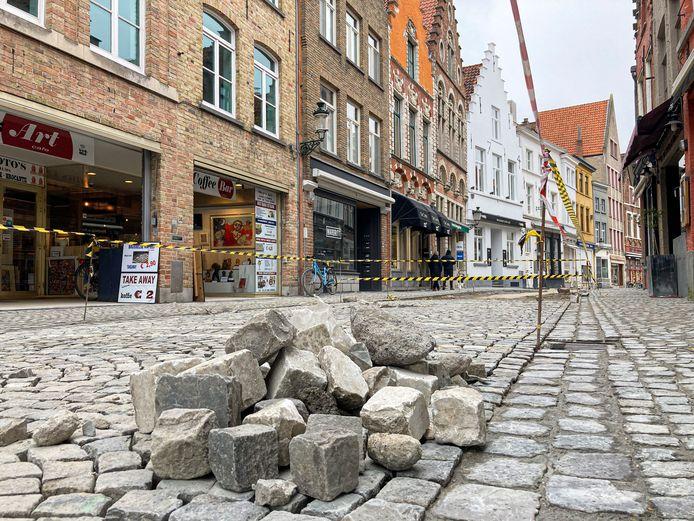 In de Sint-Amandsstraat in hartje Brugge schieten de werken goed op. Momenteel worden daar de kasseien heraangelegd.