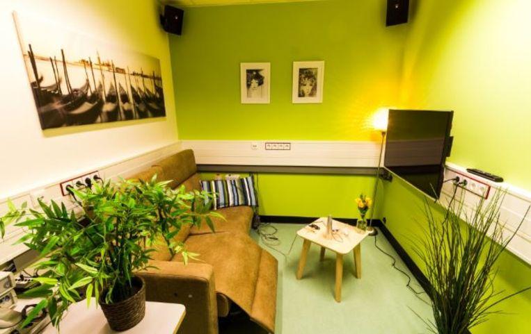 Het labo werd ingericht en aangekleed met een zetel, tv en wat plantjes. Beeld Universiteit van Maastricht