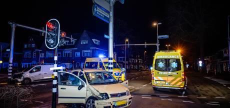 Ravage na botsing op kruispunt Ringbaan-West en Bredaseweg in Tilburg