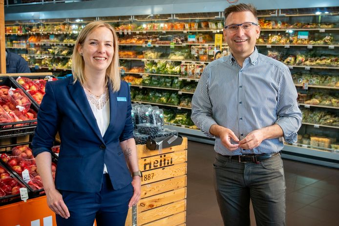 Supermarktmanager Eveline Schelfhout en -ondernemer Ivo Mattheeuws voor de huidige versafdeling in AH Hulst.