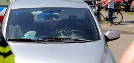 Fietsster belandt op voorruit van auto in Waalwijk en raakt gewond