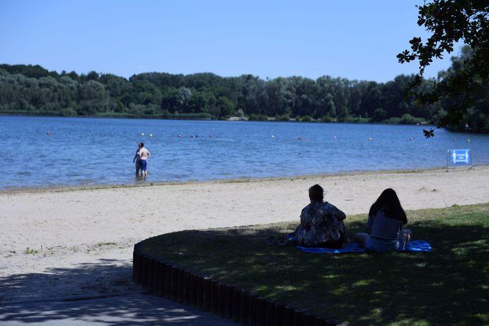 Het water op de strandzone aan de Plas is weggetrokken.