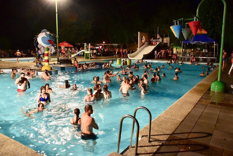 Het was gezellig druk in het openluchtzwembad van Wielsbeke.
