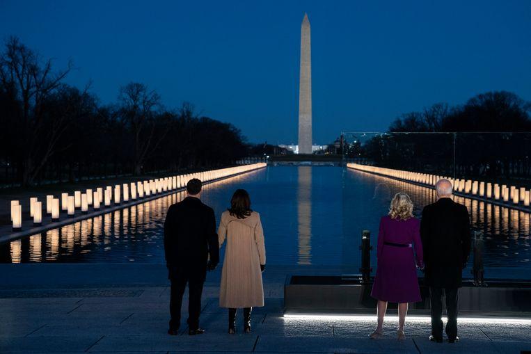 Doug Emhoff (de man van Kamala Harris), Kamala Harris, Jill Biden en Joe biden bij de National Mall, waar ter nagedachtenis aan de coronaslachtoffers in de VS 400 lichten waren geïnstalleerd. Beeld AP