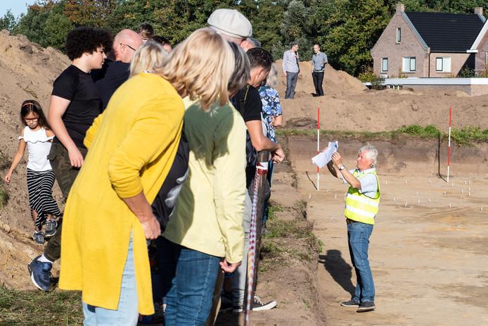 Evert Ulrich geeft uitleg aan bezoekers van de archeologische opgravingen in de nieuwbouwwijk Slangenbeek.