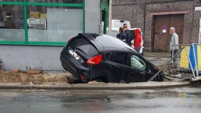 Bestuurder rijdt in op wegenwerken Bevrijdingslaan: wagen komt tot stilstand in pas gegraven put