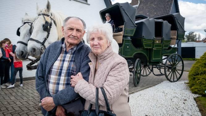"""Jubilarissen Mon (86) en José (85) per koets naar vaccinatiecentrum gebracht: """"Dachten gewoon een prik te gaan halen, maar vallen nu van de ene verrassing in de andere"""""""