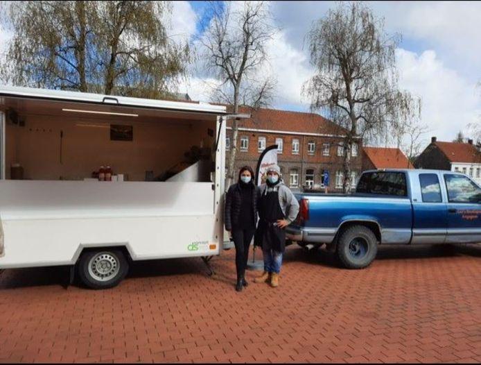 Kevin Lanneau  en Nikkie Devriese van het Anzegemse cateringbedrijf Nivineo hebben de bewoners van woonzorgcentrum Ter Berk getrakteerd op frietjes.