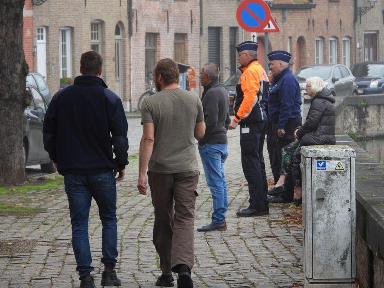 Myriam De Keyser (rechts) moet, samen met de andere bewoners van het flatgebouw, lijdzaam toezien hoe haar appartement wordt vernield.