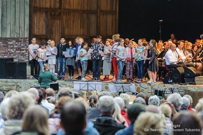 Een groep basisschoolleerlingen treedt op tijdens de eerste LMF Music Night in het openluchttheater Brilmansdennen.