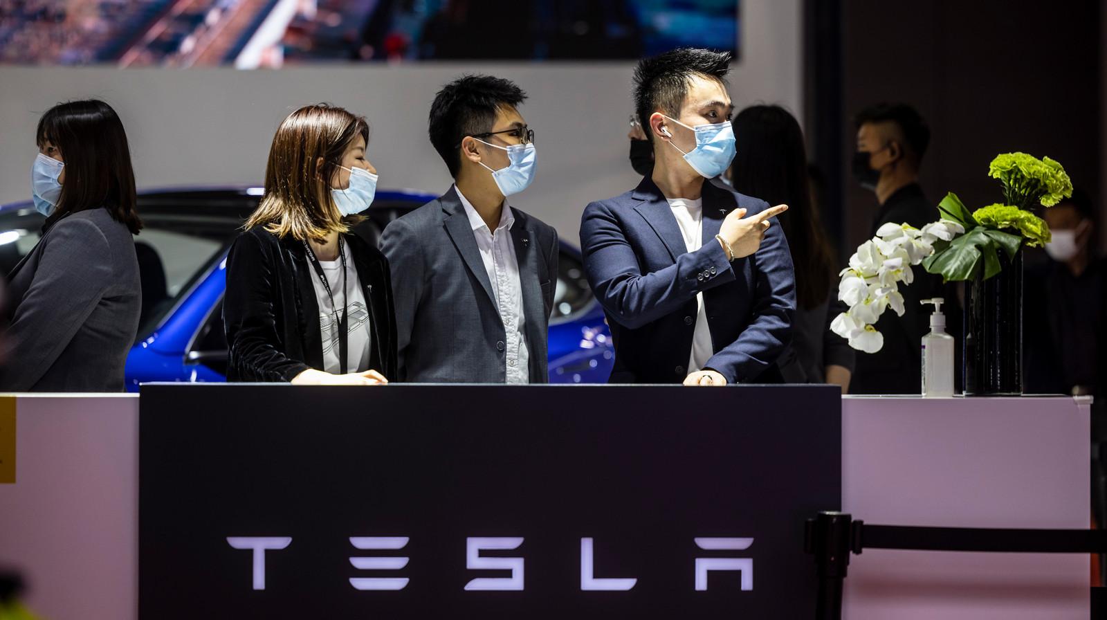 Medewerkers van de Tesla-stand, die veel bezoek trekt.