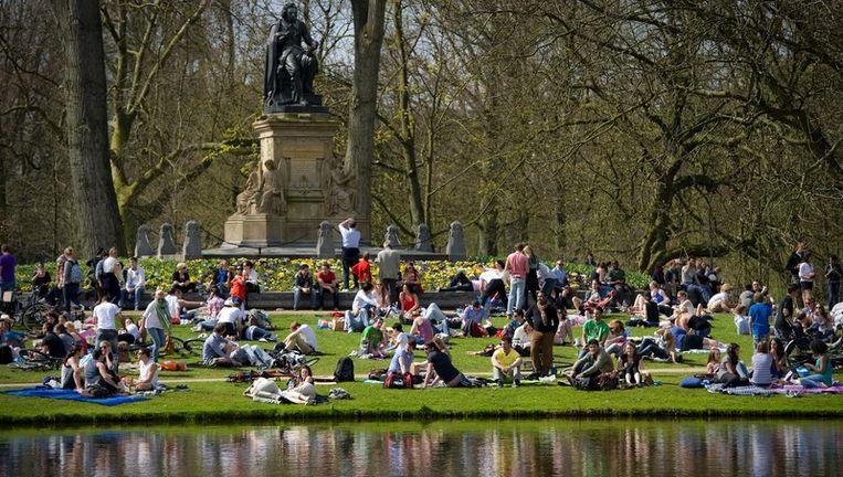 Parkgangers genieten van het mooie weer van afgelopen weekend. De weersverwachtingen voor aankomend weekend zijn weer gunstig. Foto Beeld anp