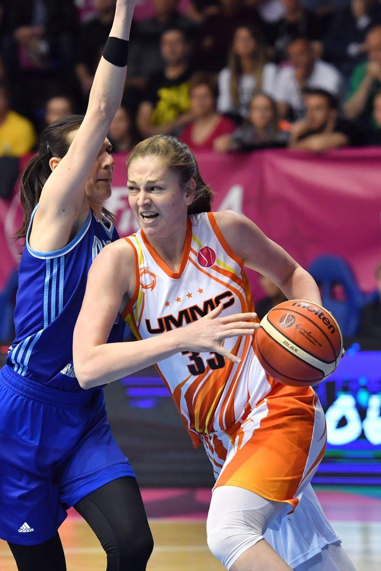 Emma Meesseman (Jekaterinenburg ) gaat voorbij Sonja Petrovic (Kursk) in de Euroleague, in 2019. Beeld Getty Images