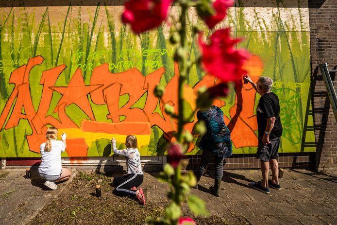 Inwoners van Zetten brengen graffiti-kunst aan op de de lege kleuterschool aan de Wouterplasstraat.