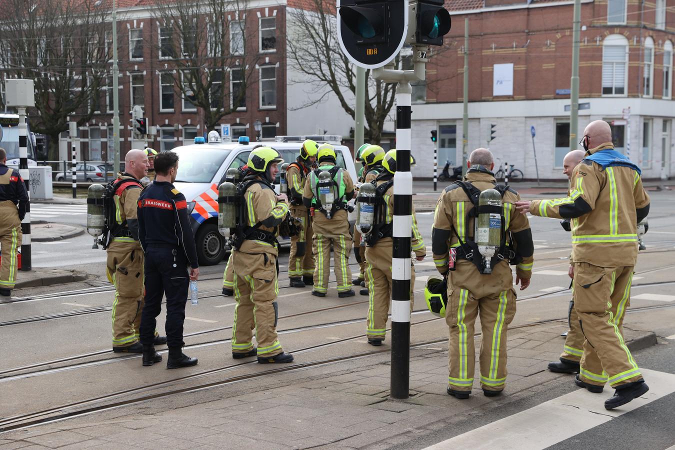 De brandweer zoekt naar de bron van de gaslucht.