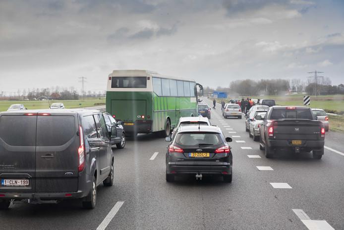 Twee bussen van de actiegroep Stop Blackface werden door demonstranten tegengehoudenop de snelweg.