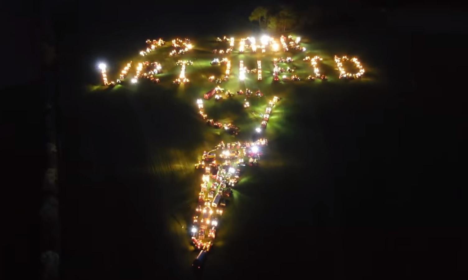 Zo'n 250 agrariërs vormden met hun trekkers in Mariënvelde het symbool van de vrijheid. De actie kan de boeren een flinke boete opleveren.
