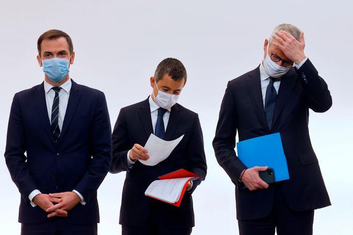 Le ministre français de la Santé, Olivier Véran (à gauche, avec le ministre de l'Intérieur, Gérald Darmanin, et le ministre de l'Économie Bruno Le Maire)