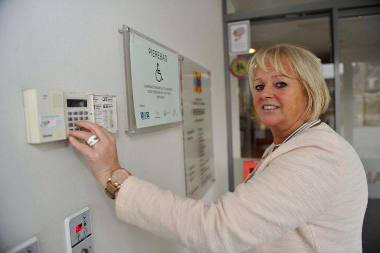 Onthaalmedewerker Carina controleert het alarm in het Pierenbad.