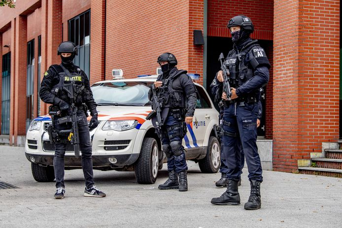 Tijdens een eerdere zitting waar Tse Chi Lop aanwezig was, werd de rechtbank in Rotterdam bewaakt door zwaarbewapende politiemensen.