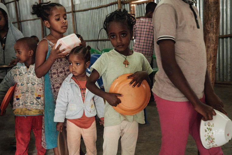 Gevluchte kinderen wachten in de hoofdstad van Tigray, Mekele, op eten.   Beeld AFP