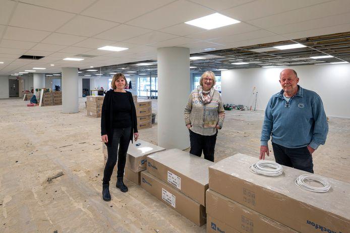 Lies Speklé, Liesbeth Bakker en Marco Pol (van links naar rechts) in de oude Velpse bibliotheek, die momenteel opnieuw verbouwd wordt tot bibliotheek.