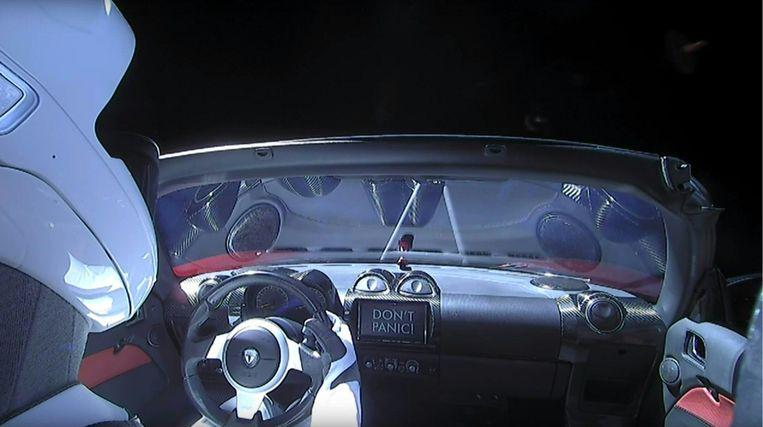 De pop 'Starman' in de rode Tesla Roadster.
