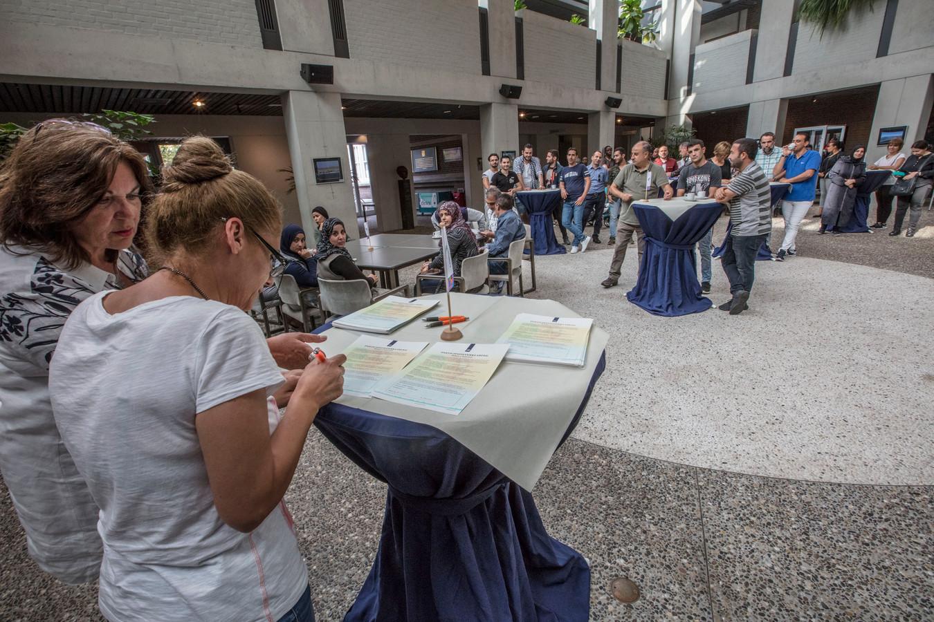 Bij een feestelijke bijeenkomst in het Deurnese gemeentehuis kregen 66 statushouders een certificaat uitgereikt.